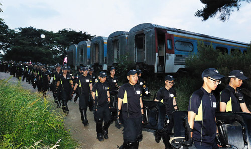 Policemen leave a religious compound belonging to Yoo Byung-eon in Anseong, Gyeonggi Province on Wednesday.