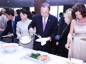 UN Secretary-General Ban Ki-moon serves himself at a dinner party at UN headquarters in New York on Tuesday. /Courtesy of UN Headquarters