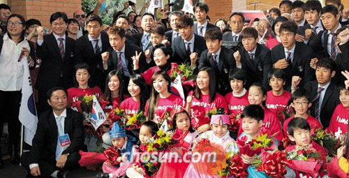 The national football team pose with Korean residents welcoming them to Foz do Iguaçu, Brazil on Wednesday.
