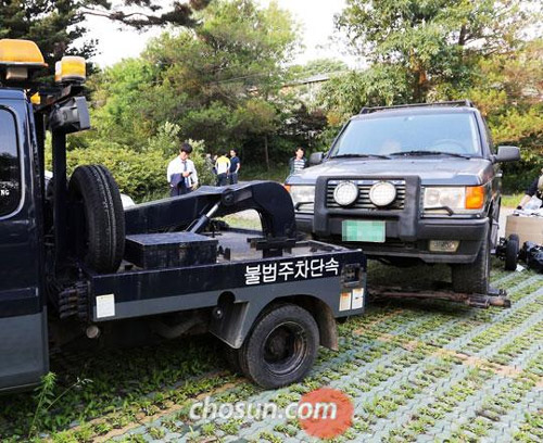A car owned by Yoo Sum-na, the eldest daughter of fugitive ferry owner Yoo Byeong-eon, is being towed away for investigation at the compound of a cult led by Yoo senior in Anseong, Gyeonggi Province on Wednesday.