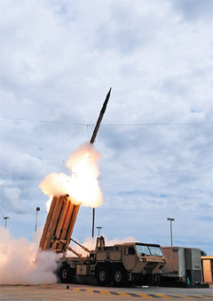 A U.S. Terminal High Altitude Area Defense (THAAD) missile is launched during a test at a missile range off the island of Kauai in Hawaii on March 17, 2009. /Bloomberg