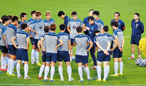 National football team manager Hong Myung-bo gives instructions to players at the Flamengo Esporte Clube in Foz do Iguaçu, Brazil on Wednesday.