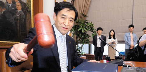 BOK Governor Lee Ju-yeol bangs a gavel during a monetary committee meeting on Thursday. /Newsis