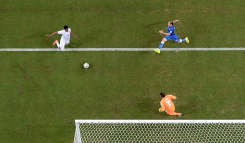 Englands Daniel Sturridge (left) scores his teams first goal as Italy goalkeeper Salvatore Sirigu challenges, Arena da Amazonia in Manaus, Brazil on June 14, 2014. /AP