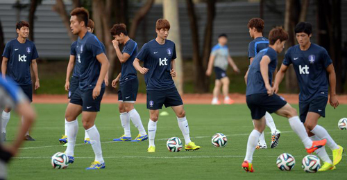 Korean players warm up in a training session in Cuiabá, Brazil on Sunday, a couple of days ahead of the match against Russia on Tuesday.