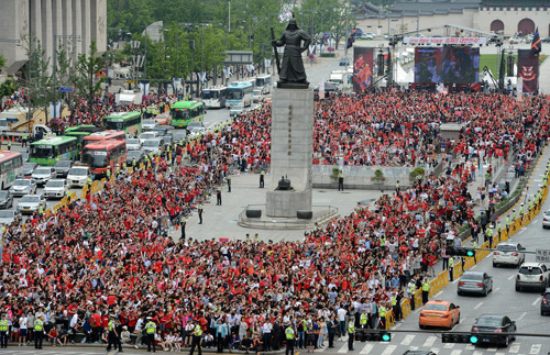 Gwanghwamun Square in downtown Seoul is packed with people in red gathered to cheer for the Korean national team on early Wednesday morning during a match against Russia in Brazil. /News 1