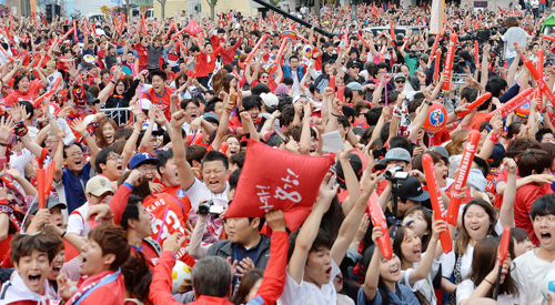 People react in Gwanghwamun Plaza in downtown Seoul on Wednesday morning as Lee Keun-ho scores a goal in a World Cup match against Russia in Cuiabá, Brazil. /News 1