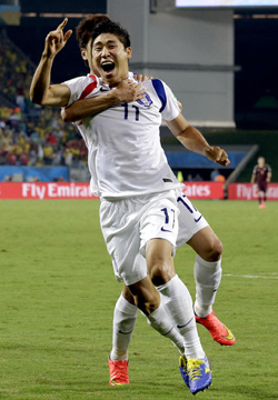 Lee Keun-ho celebrates after scoring the opening goal during the group H World Cup soccer match between Korea and Russia at the Arena Pantanal in Cuiabá, Brazil on Tuesday. /AP-Newsis