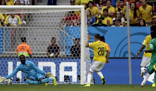 Colombias Juan Quintero (20) scores his sides second goal during their soccer match between Colombia and Ivory Coast at the Estadio Nacional in Brasilia, Brazil on June 19, 2014. /AP