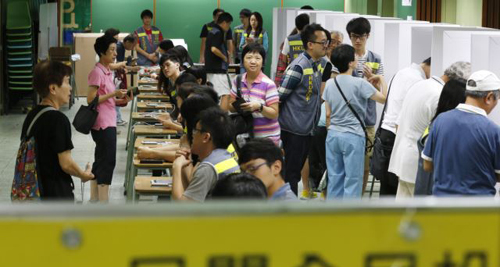 People vote at a polling center for an unofficial referendum on democratic reform in Hong Kong on June 22, 2014. /AP