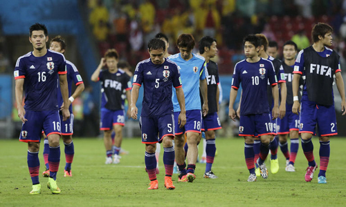 Japanese players leave the pitch after the group C World Cup soccer match against Ivory Coast at the Arena Pernambuco in Recife, Brazil on Saturday. Ivory Coast won 2-1. /AP-Newsis