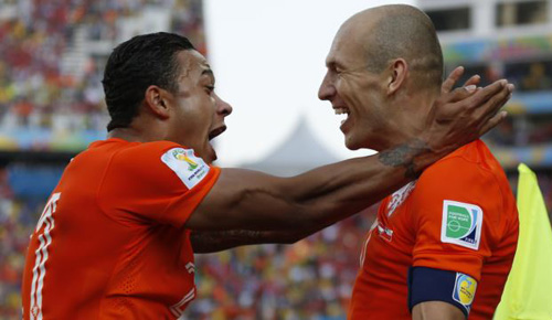 Netherlands Memphis Depay (left) celebrates with teammate Arjen Robben after scoring his sides second goal during the Group B World Cup match between the Netherlands and Chile in São Paulo on June 23, 2014. /AP
