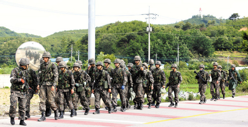Soldiers return to their units after a conscript who went on a shooting rampage was captured in Goseong, Gangwon Province on Monday. /News 1
