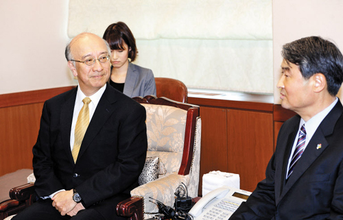 Vice Foreign Minister Cho Tae-yong (right) talks with Japanese Ambassador Koro Bessho in Seoul on Monday. /News 1