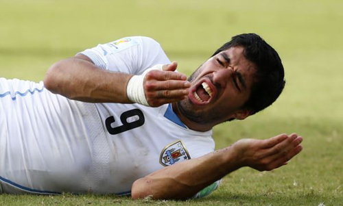 Uruguays Luis Suarez reacts after clashing with Italys Giorgio Chiellini during their 2014 World Cup Group D soccer match at the Dunas arena in Natal on June 24, 2014. /Reuters