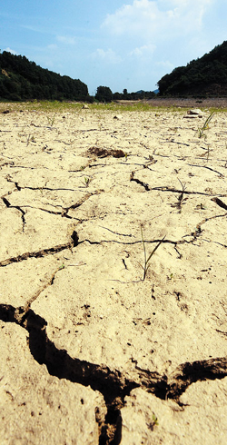 A reservoir dries up in Gongju, South Chungcheong Province, on Tuesday. /News 1