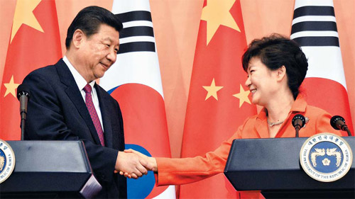 President Park Geun-hye shakes hands with her Chinese counterpart Xi Jinping at a joint press conference at Cheong Wa Dae in Seoul on Thursday. /Newsis