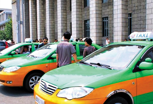 Cabs wait for passengers in front of Pyongyang Station in this photo released by the Chosun Sinbo on Monday.