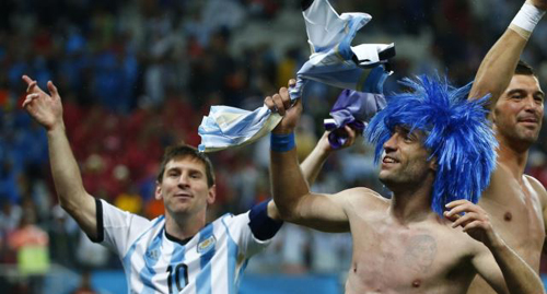 Argentinas Lionel Messi (left) and his teammate Pablo Zabaleta celebrate winning their 2014 World Cup semi-finals against the Netherlands in São Paulo on July 9, 2014. /Reuters