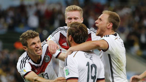 Germanys Mario Goetze (center) celebrates with teammates after scoring against Argentina during extra time in their 2014 World Cup final at Maracana Stadium in Rio de Janeiro on July 13, 2014. /Reuters