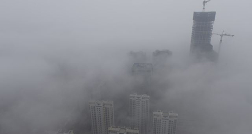 Buildings are seen shrouded in heavy haze at Qingdao development zone, Shandong province. /Reuters