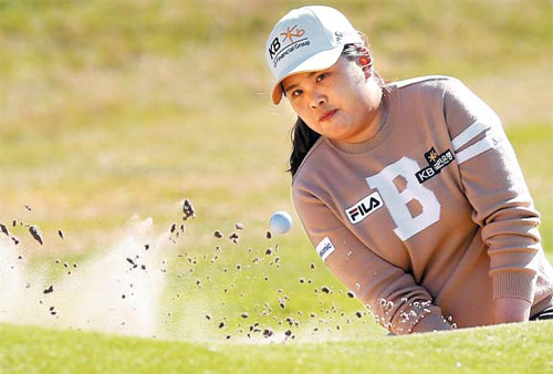 Park In-bee plays from the bunker at the 18th green during the final day of the Ricoh Womens British Open at Royal Birkdale in Southport, England on Sunday. /AP-Newsis