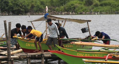 Residents secures their small boat in a safer area in preparations for the strong winds brought by Typhoon Rammasun, locally name Glenda, in a coastal area of Cavite city, south of Manila on July 15, 2014. /Reuters