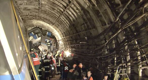 Rescue teams work inside the tunnel where a rush-hour subway train derailed killing at least 20 people and sending 150 others to the hospital, Moscow on July 15, 2014. /AP