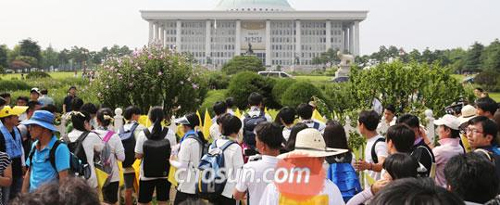 Teenage survivors of the April 16 ferry disaster arrive at the National Assembly building in Yeouido, Seoul on Wednesday.
