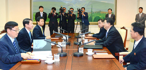 Officials from the two Korea meet in the border village of Panmunjom on Thursday. /News 1