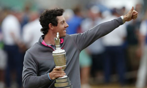 Rory McIlroy of Northern Ireland celebrates as he holds the Claret Jug after winning the British Open Championship at the Royal Liverpool Golf Club in Hoylake, northern England on July 20, 2014. /Reuters