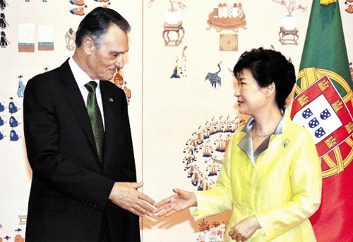 President Park Geun-hye (right) and her Portuguese counterpart Anibal Cavaco Silva shake hands at Cheong Wa Dae on Monday. /Newsis