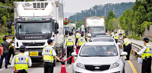 Police officers stop and search vehicles on a road near a compound of the cult led by ferry owner Yoo Byung-eon in Anseong, Gyeonggi Province on Tuesday.