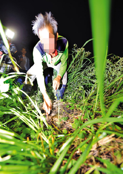 A man who found the body of Yoo Byung-eon shows reporters the scene in Suncheon, South Jeolla Province on Tuesday. /Newsis