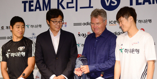 Players and coaches attend a press event for the K-League All-Star Game in Seoul on Thursday. From left: Sangju Sangmus Lee Keun-ho, Pohang Steelers manager Hwang Sun-hong, Dutch coach Guus Hiddink and former PSV Eindhoven player Park Ji-sung