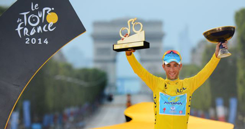 Vincenzo Nibali of Italy celebrates his overall victory on the podium after the final stage of the 2014 Tour de France on the Champs Elysees in Paris on July 27, 2014. /Reuters