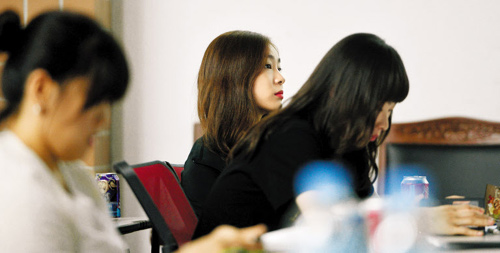 Kim Yu-na takes part in a workshop in Seoul on Saturday. /Newsis