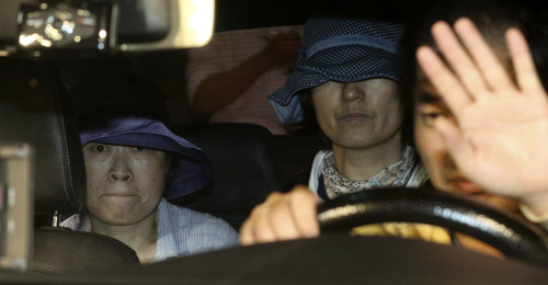 Kim Myung-sook (left) and Yoo Hee-ja leave in a taxi after questioning at the Incheon District Prosecutors Office on Monday.