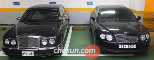 A picture distributed by the Incheon District Prosecutors Office on Thursday of two impounded Bentleys -- the one on the left is believed to have been used by ferry owner Yoo Byung-eon during his escape and the other belongs to Yoos son Hyuk-ki.
