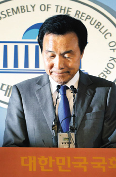Sohn Hak-kyu reacts at a press conference to announce his retirement from politics at the National Assembly in Seoul on Thursday.