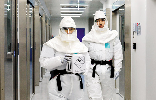 Researchers demonstrate treating the Ebola virus in case it enters the country, at the Korea National Institute of Health in Cheongju, North Chungcheong Province on Monday. /News 1