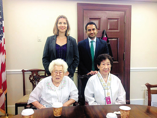 Lee Ock-seon (front left) and Kang Il-chul (front right), who were forced into sexual slavery by the Japanese Imperial Army in World War II, pose for a photo with Paulette Aniskoff (back left), the director of the Office of Public Engagement, and other official at the White House on Wednesday, in this photo tweeted by Aniskoff.
