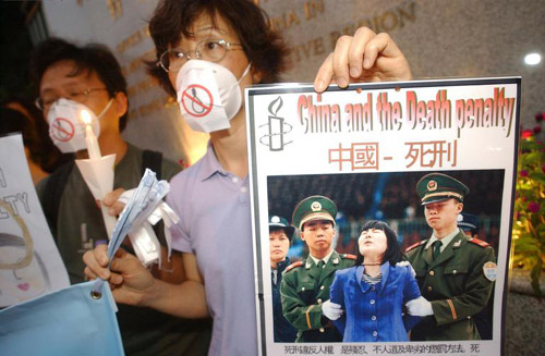 Members of Amnesty International protest against the death penalty in China, in Hong Kong in May, 2003 (file photo).