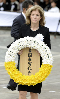 U.S. Ambassador to Japan Caroline Kennedy offers a wreath for victims of the 1945 atomic bombing in Nagasaki, in this Kyodo photo taken on Aug. 9, 2014. /Reuters