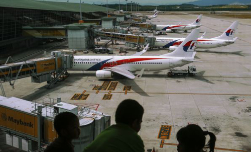 Children look at Malaysia Airlines Boeing 737-800 aircrafts parked at Kuala Lumpur International Airport. /Reuters