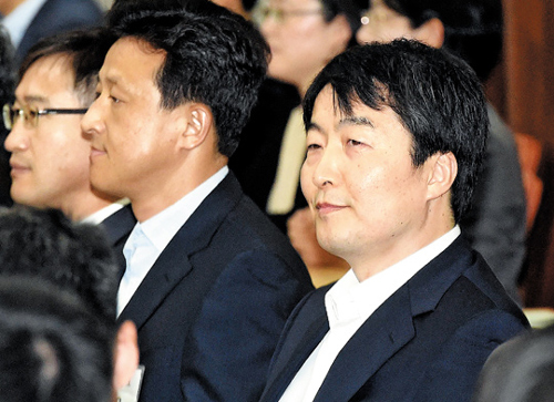 United Progressive Party lawmaker Lee Seok-ki (right) attends an appeals trial in the Seoul High Court on Monday.