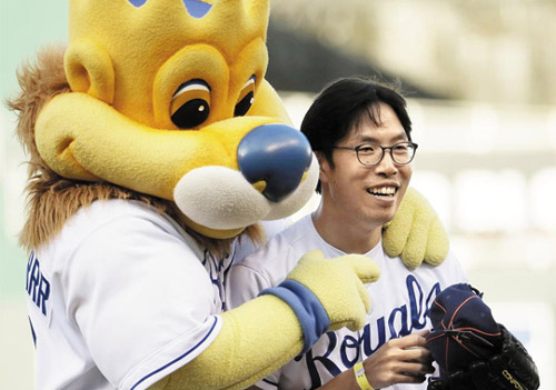 Lee Sung-woo poses with the Kansas City Royals mascot after throwing the ceremonial pitch at a match against the Oakland Athletics at Kauffman Stadium in Kansas City on Monday. /AP-Newsis