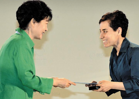 Prof. Maryam Mirzakhani (right) receives the Fields Medal from President Park Geun-hye at the International Congress of Mathematicians at COEX in Seoul on Wednesday.