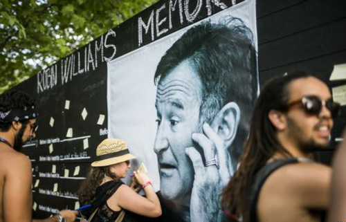 Festival goers pay tribute to the late actor Robin Williams at a makeshift memorial at the 22nd Sziget (Island) Festival on the Shipyard Island in northern Budapest, Hungary on Aug. 13, 2014. /AP
