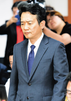 Gyeonggi Province Governor Nam Kyung-pil appears at a press conference at the provincial office in Suwon on Sunday to apologize for his sons abuse of subordinates in the military. /Newsis